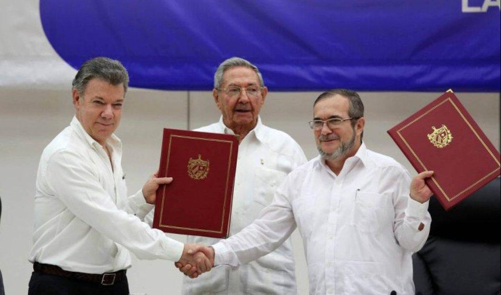 Em cerimônia na cidade de Havana, capital de Cuba, o presidente colombiano Juan Manuel Santos e o líder do grupo guerrilheiro Forças Armadas Revolucionárias da Colômbia (Farc), Rodrigo Londono, assinaram nesta quinta-feira 23 um acordo de cessar-fogo bilateral definitivo, abrindo caminho para um tratado de paz que dê fim ao conflito que já dura mais de meio século