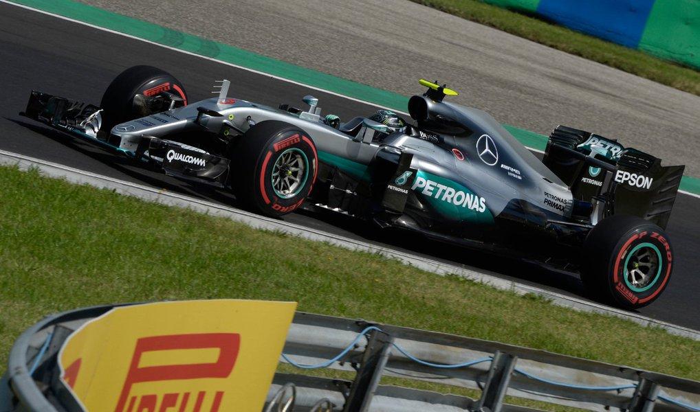 O piloto da Mercedes Nico Rosberg terminou o primeiro dia de treinos para o Grande Prêmio da Hungria como o mais rápido, já que seu companheiro de equipe e rival para o título, Lewis Hamilton, bateu na segunda sessão e ficou fora do treino nesta sexta-feira