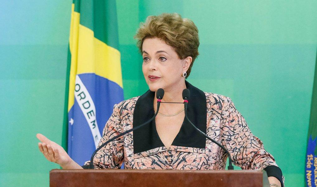 A defesa da presidente eleita Dilma Rousseff protocolou nesta terça (26) pedido à comissão especial do impeachment no Senado para adiar em dois dias a entrega das alegações finais na fase intermediária do processo que a petista enfrenta; o prazo para entrega da defesa se encerra nesta quarta (27); o pedido foi encaminhado ao presidente da comissão do Senado, Raimundo Lira (PMDB-PB), a quem caberá a decisão