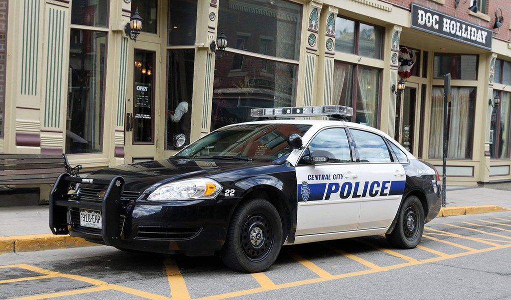 Policial identificado como Bryan Mason, deColumbus, no Estado norte-americano de Ohio, que respondia a um chamado por um roubo, matou a tirosTyree King,de 13 anos após o adolescente sacar o que aparentava ser uma arma; objeto foi posteriormente identificado como uma pistola de ar comprimido; morte de King ocorreu quase dois anos após a morte a tiros de Tamir Rice, jovem negro que tinha 12 anos, por um policial branco de Cleveland