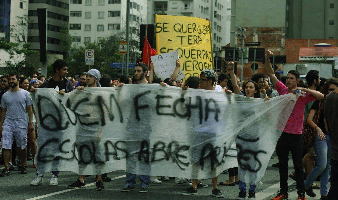Estudantes ocupam nesse momento 510 escolas em todo o Brasil, segundo dados divulgados pela União Brasileira dos Estudantes (UBES). O principal foco de resistência está no estado do Paraná, onde estão 461 das escolas ocupadas