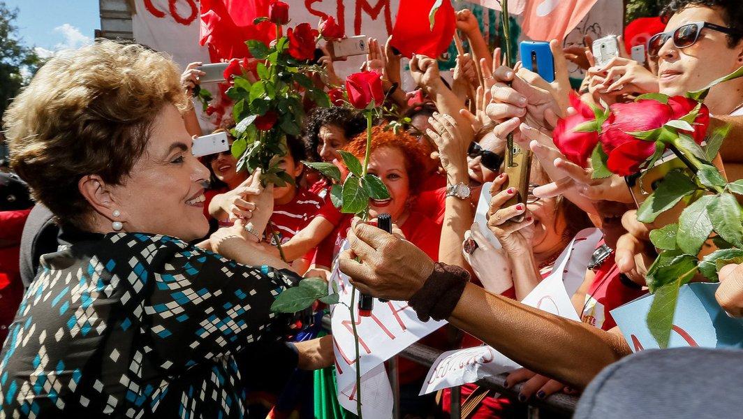 """""""A história costuma ser irônica. Mais uma prova disso é que, duramente criticada inclusive por seus pares de PT, Dilma Rousseff pode ser a via pela qual o próprio PT pode vir a se recuperar como partido, pelo menos em parte. Com toda a crise que levou o Brasil a uma das fases mais obscuras de sua história, Dilma tem protagonizado nas últimas semanas um fenômeno extremamente interessante: sua popularidade cresce a olhos vistos. Mais do que isso: ela está superando a popularidade que poucos (ou ninguém) esperavam que poderia ter""""; a análise é do jornalista Eduardo Maretti, para quem, """"Dilma tem incendiado uma militância até outro dia adormecida"""" e se mostra """"um passo à frente do petismo lulista"""""""