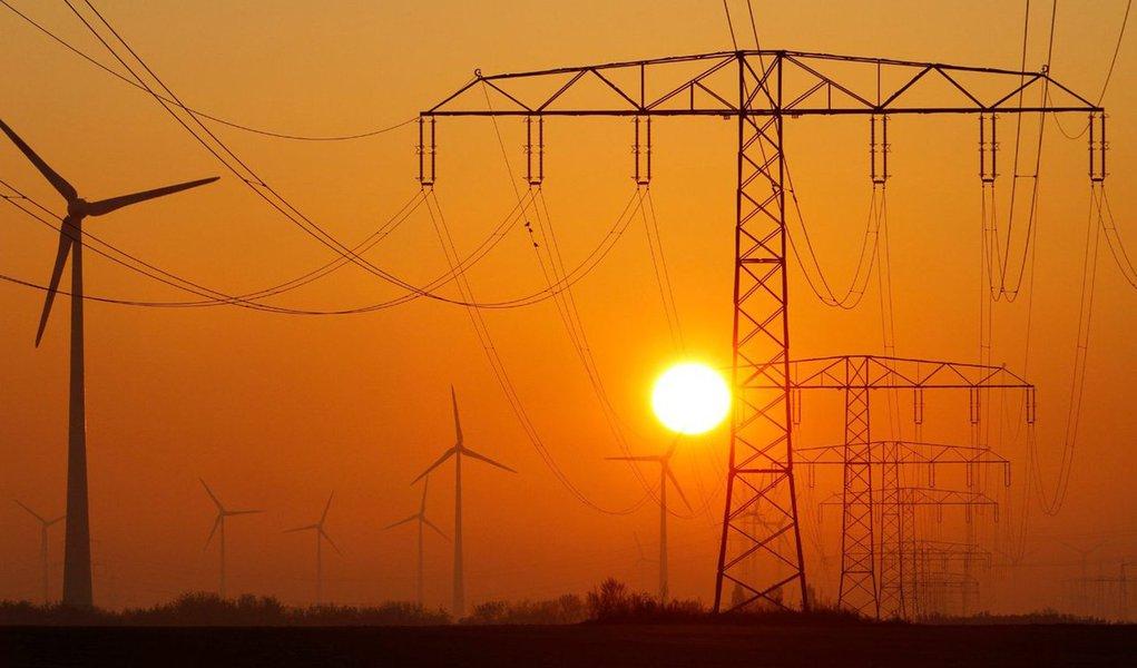 A partir da meia-noite do próximo domingo (16), os consumidores da Cemig e a população das regiões Sul, Sudeste e Centro-Oeste do Brasil deverão adiantar os relógios em uma hora com o início do horário do verão; a companhia estima que a redução de demanda em sua área de concessão seja equivalente a 340 MW, o que corresponde à demanda de pico de uma cidade com 800 mil habitantes; em Minas Gerais, a economia de energia será de até 0,5%, ou 108 GWh, suficiente para abastecer Belo Horizonte durante nove dias