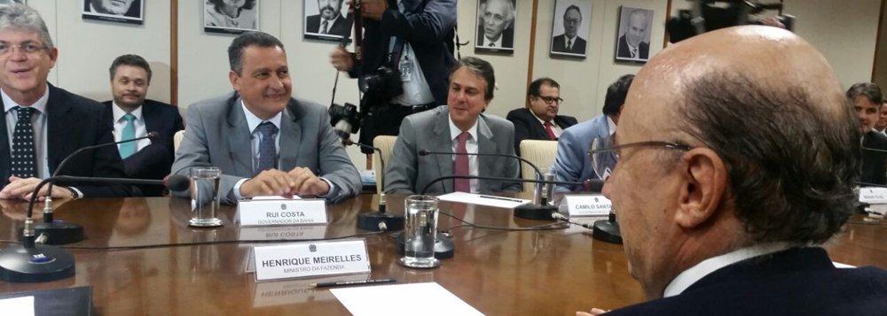 """""""É necessário que haja um equilíbrio no tratamento dos estados, considerando as diferenças regionais. Os estados do Nordeste fizeram ao longo dos anos um dever de casa, apertaram o cinto, pagaram suas contas e, por isso, hoje por exemplo têm margem para tomar crédito"""", disse o governador Rui Costa em sua primeira reunião com o ministro interino da Fazenda, Henrique Meirelles, nesta quinta-feira (7), em Brasília, em encontro que reuniu os governantes da região Nordeste"""
