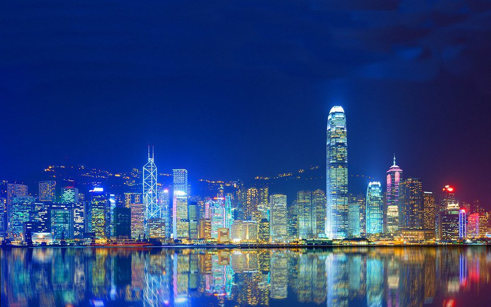 Quando a visitei, Hong Kong me presenteou com duas sensações igualmente intensas e totalmente opostas: a de experimentar uma grande liberdade, e a de viver aprisionado. Faça um voo rápido sobre uma das mais densamente povoadas cidades do mundo, levado por um vídeo um tanto atordoante, porém belíssimo.