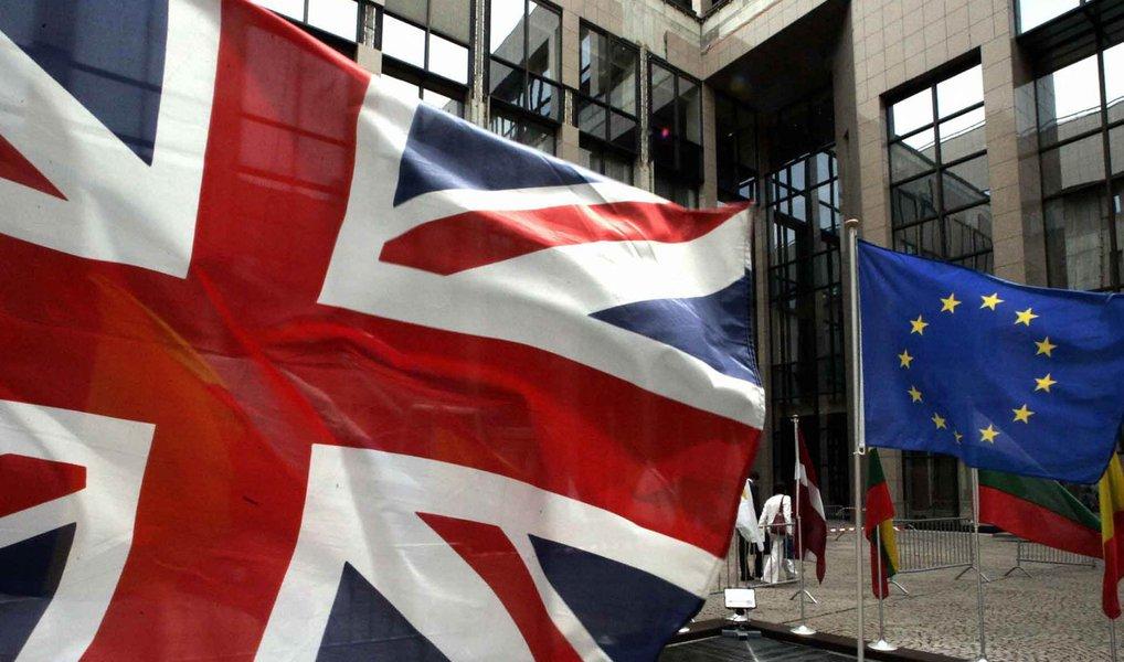 Governo britânico rejeitou uma petição online assinada por 4,1 milhões de pessoas que pediram a convocação de um novo referendo sobre a permanência ou não do país na União Europeia; em um referendo em 23 de junho, 52% dos britânicos que votaram, ou 17,4 milhões de pessoas, escolheram sair da UE