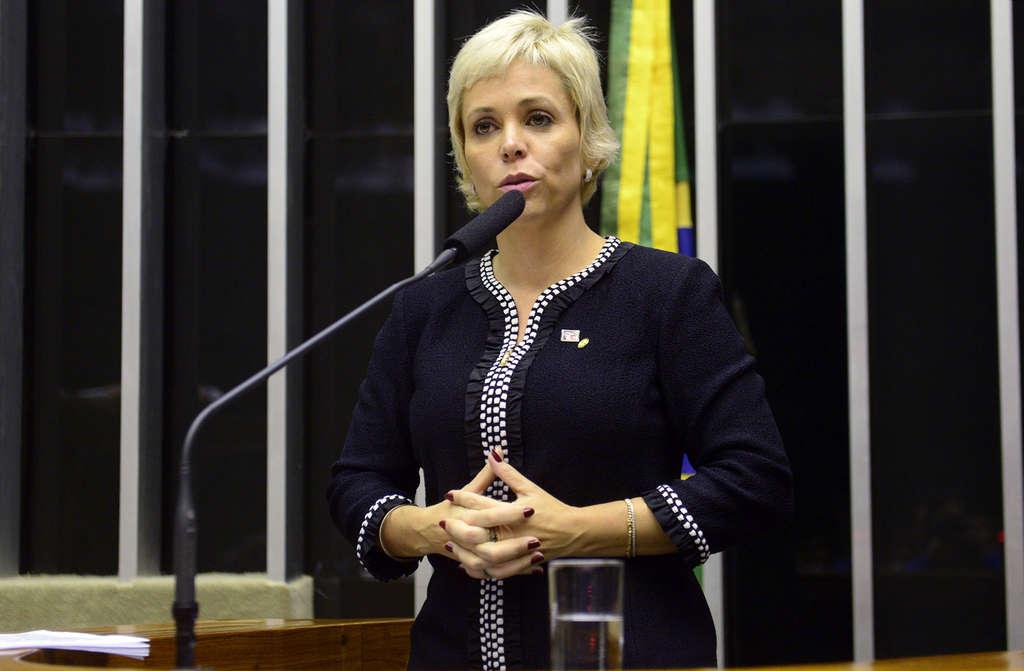 """A deputada federal Cristiane Brasil (PTB-RJ), filha de Roberto Jefferson,anunciou neste sábado (9), que vai disputar a eleição para a presidência da Câmara;de acordo com a assessoria de Cristiane Brasil, a deputada tentará buscar votos da bancada feminina da Câmara, dos partidos do chamado """"centrão"""" e de parlamentares do PSDB"""
