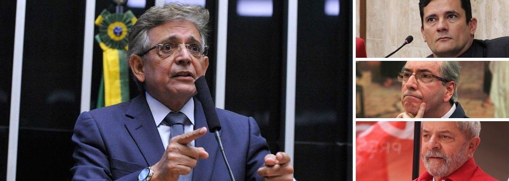"""A prisão de Eduardo Cunha, nesta quarta-feira 19, determinada pelo juiz Sérgio Moro, é uma forma de enfraquecer a tese do PT de que sofre perseguição na Operação Lava Jato e de que haveria a possibilidade até de o ex-presidente Lula ser preso antes do deputado cassado, na visão de políticos da atual situação do governo Temer, e que defendem a prisão de Lula; segundo o líder do DEM na Câmara,deputado Pauderney Avelino (AM), """"a prisão de Cunha abre caminho para a prisão de Lula""""; """"O PT não vivia dizendo que não podia prender o Lula sem antes prender o Cunha? Agora, o caminho está aberto, e as portas de Curitiba também"""", disse"""