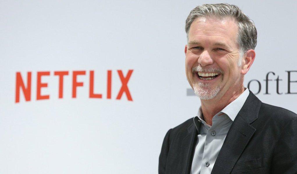 """O CEO do Netflix Reed Hastings tem um patrimônio de US$ 1,29 bilhões, mas não tem nem escritório; a razão não é um aceno em direção ao igualitarismo dentro do Netflix ou uma necessidade de se sentir no meio de seus empregados, mas sim que ele simplesmente não precisa e não quer um escritório; quem confirma é o próprio, em entrevista para oThe New York Times; """"Meu escritório é meu celular"""", diz; """"Um dia me toquei que eu mal usava meu escritório e que não havia necessidade de mantê-lo. É melhor para mim estar em contato com as pessoas por todo o prédio"""""""