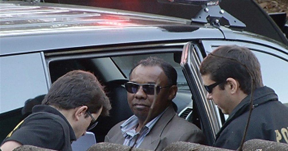 Candidato à reeleição, o ex-prefeito de Januária (MG) Maurílio Arruda (PTC), preso conseguiu escapar no fim da tarde do mesmo dia; a fuga ocorreu quando ele era transferido, sem algemas, para um presídio de Montes Claros (MG); na cidade de destino, Maurílio Arruda saiu da viatura e foi resgatado por uma pessoa de moto; segundo a PF, o ex-prefeito é considerado foragido; ele teve a prisão temporária decretada por cinco dias, após investigações da Operação Sertão Veredas, deflagrada em 2013, indicarem sua participação em desvios de verba pública, envolvendo contratos de obras que não foram executadas