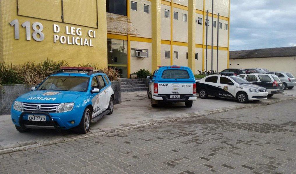 Policiais civis fazem uma operação para cumprir 14 mandados de prisão de suspeitos de vender drogas e cometer homicídios no município de Araruama, na Região dos Lagos fluminense; além dos mandados de prisão, estão sendo cumpridos 24 mandados de busca e apreensão