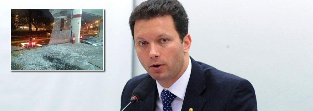 O comitê central do candidato à Prefeitura de Porto Alegre Nelson Marchezan Junior (PSDB) foi alvo de uma série de tiros; de acordo com a Brigada Militar, que atendeu a ocorrência, foram efetuados entre 10 e 15 disparo contra as vidraças do prédio, localizado no bairro Azenha; ninguém ficou ferido; os ataques aconteceram um dia após a Justiça de Porto Alegre expedir ordem de constatação e verificação de um suposto comitê clandestino do candidato Sebastião Melo (PMDB); a determinação partiu de uma denúncia protocolada pela coligação de Marchezan
