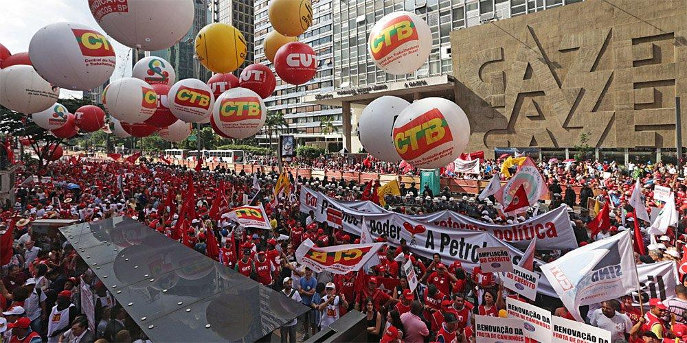 """Em nota divulgada nesta quinta (15), a Frente Brasil Popular faz uma análise do momento político atual e defende """"unidade das forças populares na luta contra o golpe""""; """"Nossa tarefa central é construir um processo de resistência que consiga colocar a classe trabalhadora vinculada aos setores produtivos no centro da luta política. Neste sentido, devemos acumular forças para a greve geral. Por isso, a construção da paralisação nacional no dia 22 de setembro é um desafio para todas as forças democráticas e populares. A combinação de uma agenda de mobilização de rua com uma agenda de fabricas é fundamental para viabilizarmos a greve geral e avançarmos para derrubar o governo golpista"""", diz"""