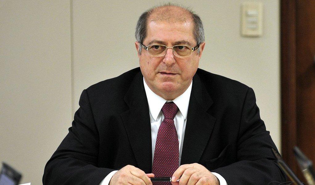 A prisão do ex-ministro Paulo Bernardo atingiu o núcleo de defesa da presidente eleita Dilma Rousseff na Comissão Processante do Impeachment do Senado em fase de oitiva de testemunhas de defesa, a comissão abriu a sessão sem a presença da senadora Gleisi Hoffmann (PT-PR), esposa de Paulo Bernardo e integrante da linha de frente da defesa de Dilma na comissão, ao lado de Vanessa Grazziotin (PCdoB-AM) e Lindbergh Farias (PT-RJ); Lindberghquestionou sobre possíveis motivações políticas no fato de a operação ter sido deflagrada no momento atual, em que o Senado julga oimpeachmentde Dilma, mas negou que isso vá afetar a defesa da petista