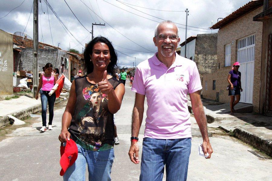 Pesquisa do Instituto Paraná, contratada pela TV Atalaia, mostra que o candidato a prefeito de Aracaju pelo PCdoB, Edvaldo Nogueira, disparou e tem 36,3% dos votos; em segundo lugar aparece o deputado federal Valadares Filho (PSB), com 20,8%; o prefeito João Alves Filho (DEM) tem apenas 10,3%; nas simulações de segundo turno, Edvaldo lidera em todos os cenários: ele tem mais de 12 pontos na frente de Valadares Filho; quando o adversário é João, Edvaldo tem 38 pontos a frente