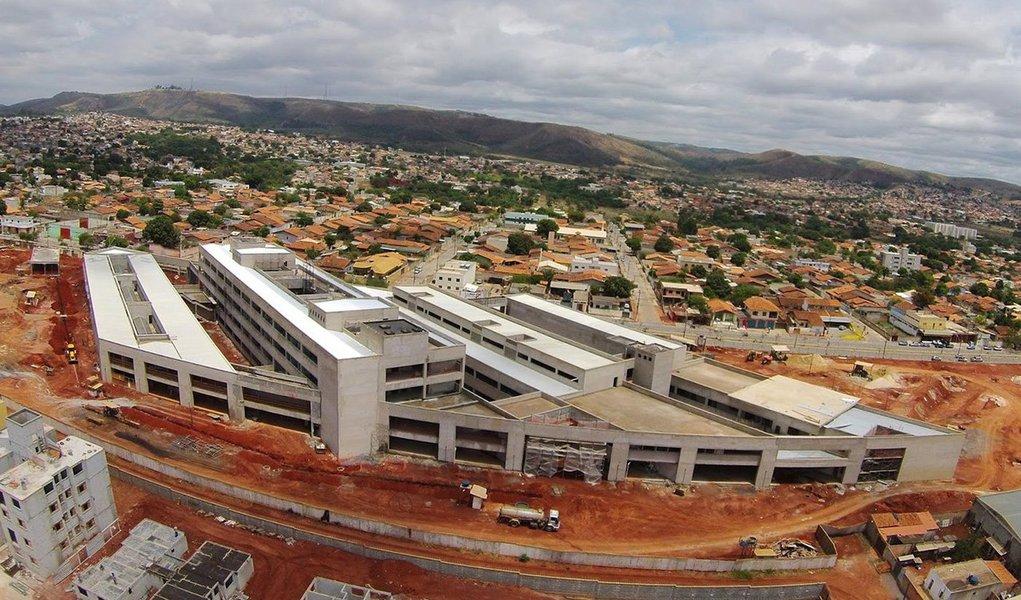 Após receber R$ 52,807 milhões para construir o Hospital Regional Doutor Márcio Paulino, em Sete Lagoas, Região Central do Estado, a Construtora Waldemar Polizzi Ltda (CWP) paralisou as obras neste ano. A empresa venceu a licitação em 2011 e havia se comprometido a entregar o empreendimento pronto em 610 dias; mas o que fez com a verba foi somente a metade dos trabalhos previstos; uma nova licitação terá de ser realizada para a escolha de outra empresa para conclusão da unidade de saúde, que custará, pelo menos, R$ 32,452 milhões a mais do que o previsto