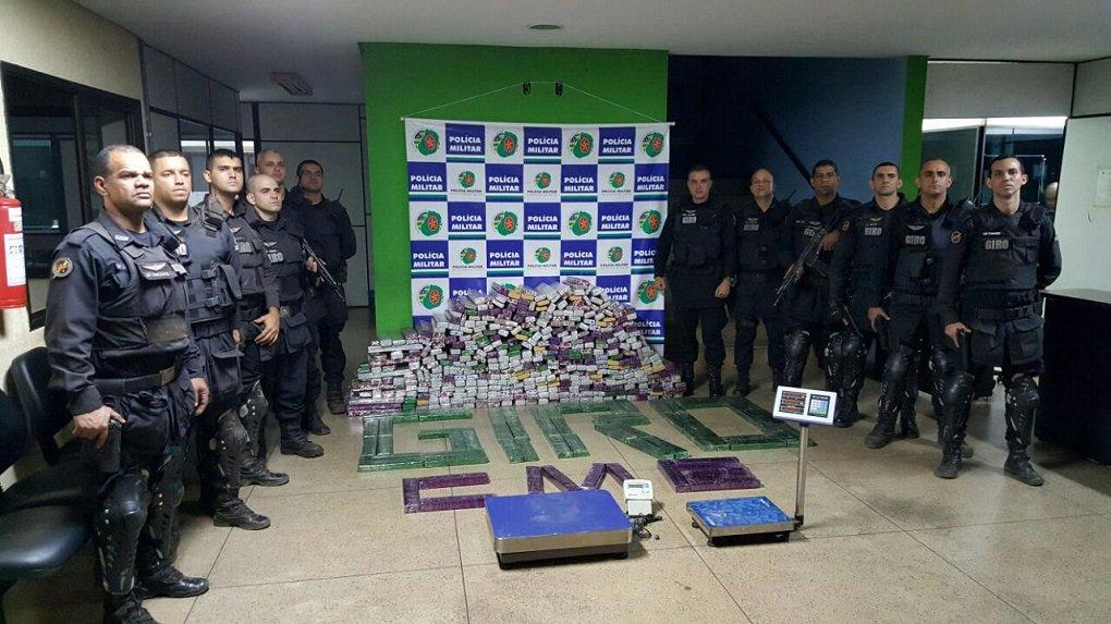 Equipes do Grupo de Intervenção Rápida e Ostensiva (GIRO) da Polícia Militar de Goiás prenderam na quinta-feira (16) dois traficantes com cerca de 540 kg de maconha em Aparecida de Goiânia; segundo informações da Polícia Militar, a droga é originária do Paraguai e seria distribuída na Região Metropolitana e cidades vizinhas