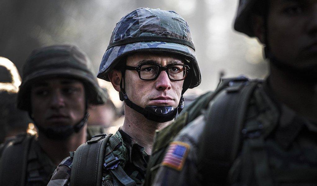 """Diretor inicialmente recusou quando foi perguntado se queria fazer um filme sobre o ex-membro na Agência Nacional de Segurança dos Estados Unidos (NSA) Edward Snowden; """"Não queria fazer, não queria problemas"""", disse Stone; conhecido por filmes como """"Platoon"""" e """"Wall Street: Poder e Cobiça"""", ele disse ter mudado a cabeça após conhecer Snowden na Rússia; o filme traça a jornada de Snowden de um conservador agente da CIA a um membro da NSA, até deixar os EUA em 2013 e expor à população comum os programas de vigilância em massa do governo"""