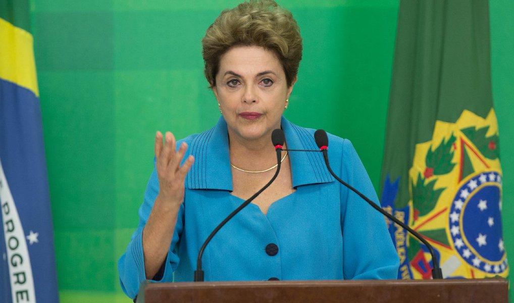 """A assessoria da presidente Dilma Rousseff negou que Charles Capela de Abreu tenha sido assessor dela; o Estadão divulgou matéria na qual diz que agenda apreendida na casa de um funcionário da OAS tem registro de encontros com """"assessor de Dilma""""; """"O Estadão erra ao afirmar, em reportagem divulgada nesta terça-feira (21) em seu site, que Charles Capela de Abreu foi assessor da presidenta Dilma Rousseff. Ele não trabalha nem nunca trabalhou diretamente com Dilma. O fato de investigadores terem apreendido na casa de um funcionário da OAS agenda com o registro de encontros do presidente da empreiteira com políticos não comprova qualquer tipo de participação e envolvimento da presidenta Dilma Rousseff"""", diz em nota"""