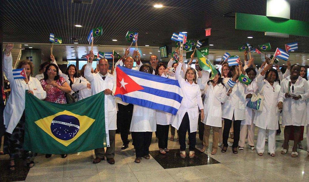 Dois médicos cubanos que atuam no programa 'Mais Médicos', do Ministério da Saúde, lotados nos municípios de Piaçabuçu e Feliz Deserto, no Litoral Sul de Alagoas, estão desaparecidos; os gestores dos municípios informaram o caso a Polícia federal; os contratos de ambos estão próximos do término