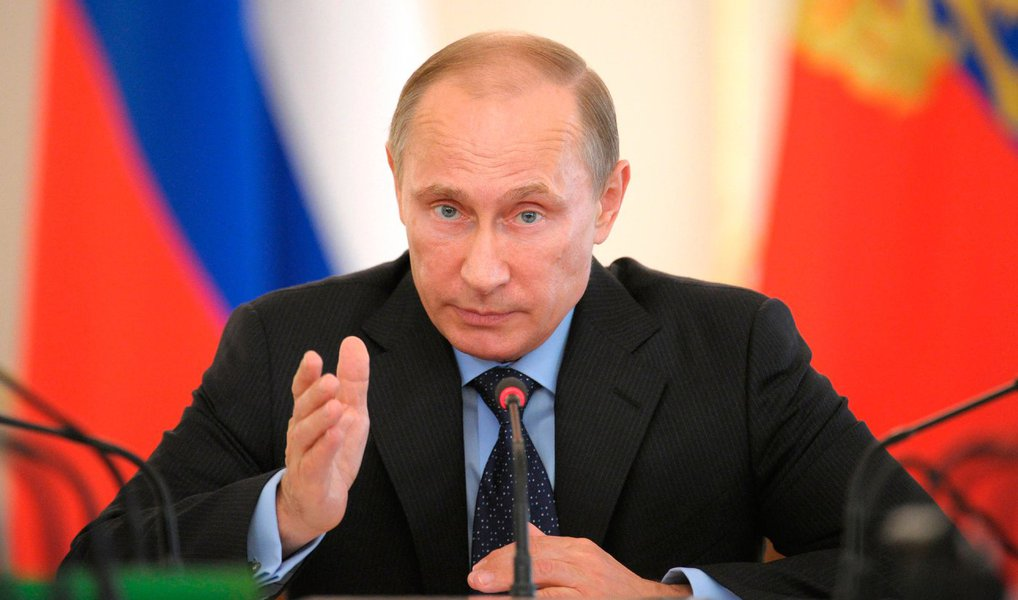 """Presidente russo Vladimir Putin disse que o partido governista Rússia Unida venceu as eleições parlamentares; """"Podemos dizer com certeza que o partido ganhou"""", disse Putin a funcionários de campanha na sede do partido; a legenda governista Rússia Unida conquistou 44,5%dos votos, mostrou pesquisa boca de urna; partido nacionalista LDPR alcançou 15,3%, os comunistas, 14,9% e o Rússia Justa com 8,1%; falando de uma forte desaceleração da economia russa, Putin afirmou: """"a situação não é fácil, as pessoas sentem isso, e elas querem e esperam que a situação política seja estável"""""""