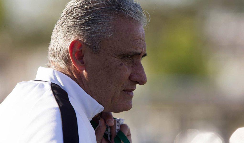 """Técnico do Corinthians, no entanto, deixou a entidade no fim da noite desta terça-feira sem dar uma resposta definitiva;""""Foi uma boa primeira conversa, mas ainda não conclusiva. As partes ficaram de retornar num prazo muito breve com uma decisão e expectativas sobre o processo"""", disse o assessor da CBF Douglas Lunardi"""