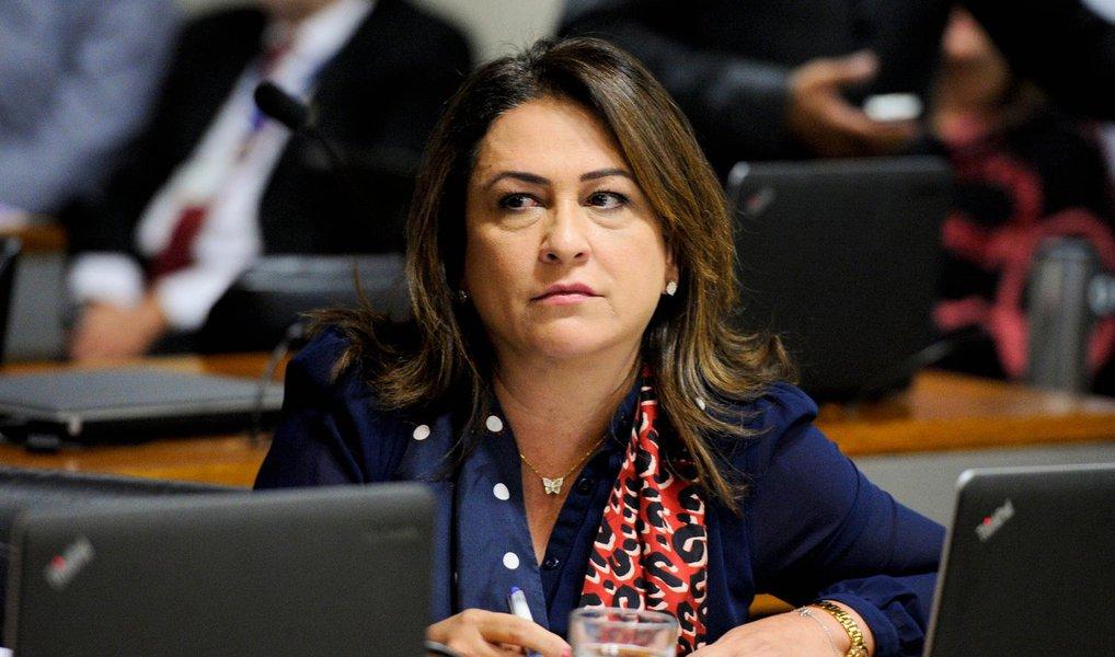 A senadora Kátia Abreu (PMDB-TO) assumiu o posto do senador José Pimentel (PT-CE) na Comissão Processante do Impeachment do Senado, informou o presidente do colegiado, Raimundo Lira (PMDB-PB); a mudança ainda precisa ser aprovada em plenário, mas Kátia já participa da comissão com os depoimentos de novas testemunhas de defesa da presidenta eleita Dilma Rousseff