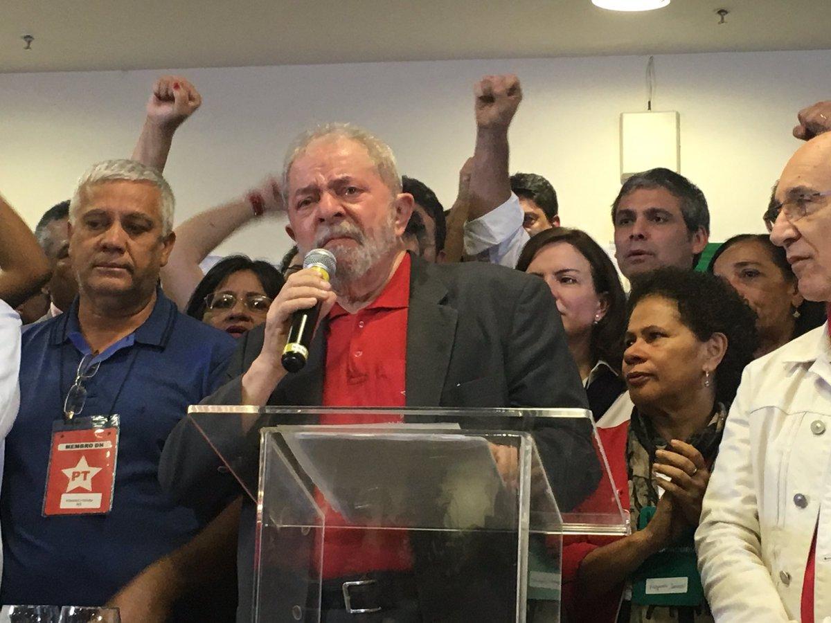 O presidente Lula tem de ir às ruas para se defender e proteger a incipiente democracia brasileira, que hoje é alvo de servidores públicos, de empresários de mídias e de uma direita partidária que representam o obscurantismo, a opressão, a repressão, a retirada de direitos, a entrega do patrimônio público nacional e a intolerância contra a ascensão social e econômica do povo brasileiro