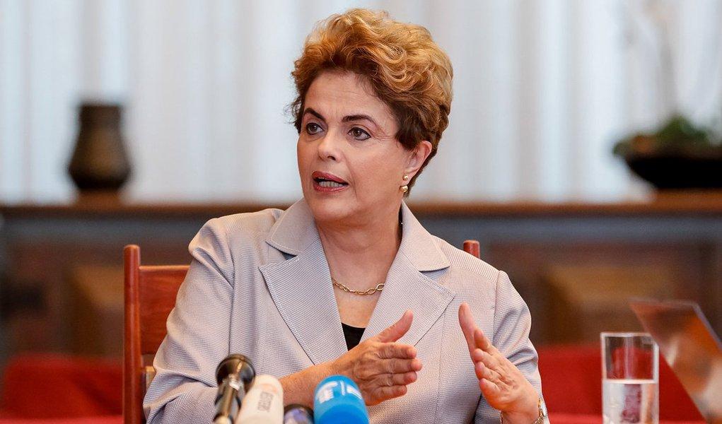 """Em entrevista a Antonia Pellegrino, do Mídia Ninja, a presidente eleita Dilma Rousseff definiu como sua """"maior prioridade neste momento"""" a defesa da democracia contra o golpe que está em curso e acredita que a agenda da esquerda e das forças democráticas brasileiras deva ir na mesma linha; ela disse ser """"inegável que proliferaram argumentos e comportamentos misóginos ao longo de todo esse processo de impeachment"""", inclusive na imprensa, que apontava seu """"desequilíbrio"""" e tratava """"de forma pouco crítica adesivos e panfletos machistas""""; """"Nossas sociedades somente serão mais justas se incorporarem a igualdade de gênero como um valor inquestionável"""", afirma"""