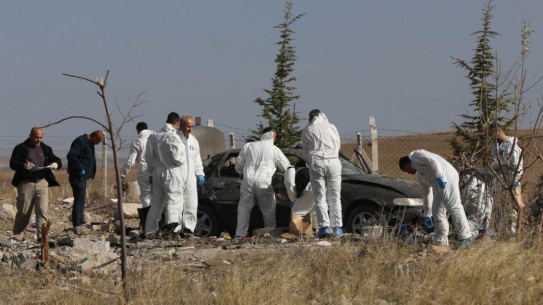 Nove soldados turcos foram mortos e mais de 20 pessoas ficaram feridas neste domingo, quando supostos militantes curdos detonaram um carro-bomba que destruiu um ponto de verificação perto de uma delegacia de polícia no sudeste do país, disseram fontes de segurança; a explosão atingiu a estação de Durak, 20 km (12 milhas) da cidade de Semdinli, em uma parte montanhosa da província de Hakkari, perto da fronteira com o Iraque e Irã, onde militantes do Partido dos Trabalhadores do Curdistão (PKK) estão ativos