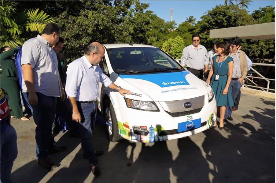 Batizado de Vamo (Veículos Alternativos para Mobilidade Urbana), o sistema de carros compartilhados de Fortaleza, apresentado nesta terça-feira (28) pelo prefeito Roberto Cláudio (PDT), começa a funcionar em fase de demonstração na próxima segunda (4). Três veículos 100% elétricos irão percorrer diversas áreas da cidade em uma estação itinerante. A partir de setembro serão 20 veículos