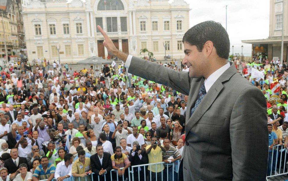 Levantamento do instituto Paraná Pesquisas, que será divulgada nesta quinta-feira (16), aponta o prefeito ACM Neto (DEM) com larga vantagem diante de possíveis adversários na disputa de outubro próximo; odemocrata aparece com 68% das intenções de voto, seguido pela deputada federal Alice Portugal, do PC do B, que pontuou 6,8%; e pelo deputado estadual Sargento Isidório, do PDT, que tem 4,7%; ainda não se sabe o motivo, mas a pesquisa não traz o nome da senadora Lídice da Mata (PSB), que pode ser a candidata do PT