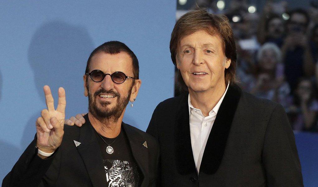 """Os ex-Beatles Paul McCartney e Ringo Starr se reuniram para uma volta ao passado nesta quinta-feira, durante a estreia de um documentário feito pelo vencedor do Oscar Ron Howard sobre o 'Fab Four', que mostra a jornada da banda na década de 1960; o cantor-compositor e o baterista posaram para fotografias em um tapete azul em Leicester Square, em Londres, para o lançamento de """"The Beatles: Eight Days a Week - The Touring Years"""", que atraiu centenas de fãs em êxtase, além de celebridades como Madonna, Eric Clapton, Bob Geldof e Liam Gallagher"""