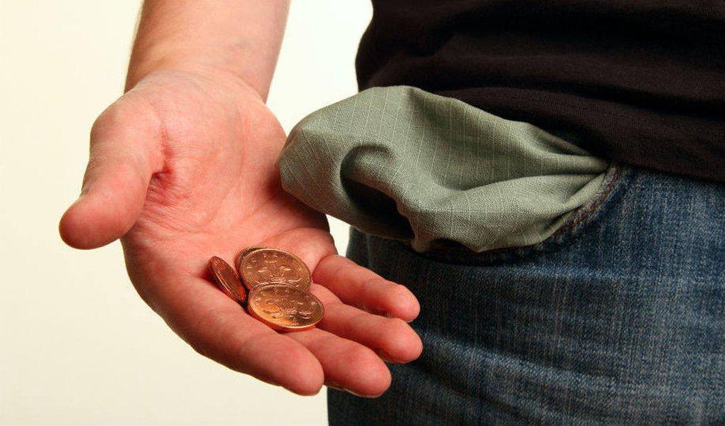 Entre as negociações salariais coletivas com início de vigência em agosto, 51,8% ficaram abaixo da inflação, mostra pesquisa da Fundação Instituto de Pesquisas Econômicas; ou seja: renda do trabalhador continua caindo
