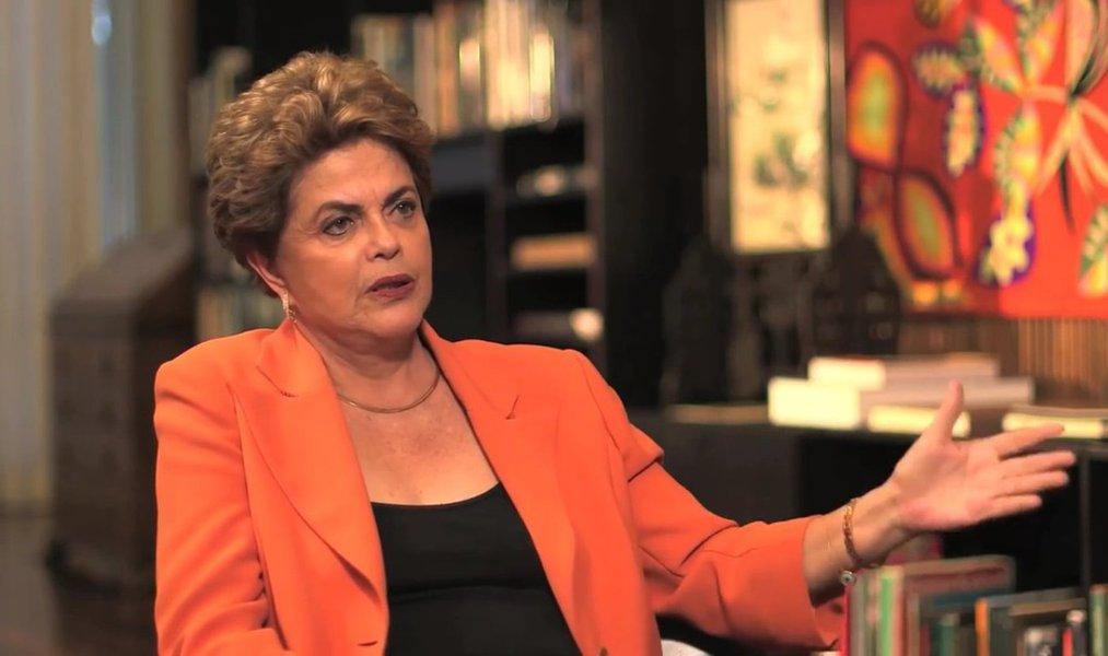 """A presidente eleita Dilma Rousseff afirma que a crise política que levou ao processo de impeachment se deve em parte ao que ela chama de """"fragmentação do sistema político"""" brasileiro; """"Esse sistema incentiva, por isso a importância de uma reforma política, a fisiologia, ele incentiva a fragmentação partidária, ele incentiva a perda de conteúdo programático dos partidos"""", diz a presidente; ela lembra FHC """"precisava de três partidos para a maioria simples, e quatro partidos para obter dois terços para aprovar emendas constitucionais etc.; o presidente Lula precisou de oito partidos para a maioria simples, e 11 partidos para os dois terços. Eu precisei de 14 partidos para a maioria simples, e 20 partidos""""; assista"""