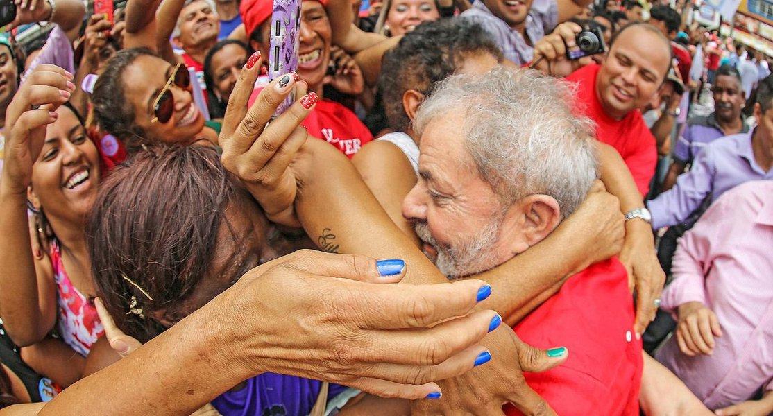 Apoiadores prometiam passar a noite na porta do edifício onde mora o ex-presidente, na cidade do ABC Paulista, para impedir eventual ação da Polícia Federal; Ato de Vigília em apoio a Lula foi marcado pelo Facebook e conclamava ainda os partidários do líder petista a se posicionarem com balões brancos e cartazes em frente às superintendências da PF em todo o Brasil; Lula já foi indiciado em três inquéritos; um deles esta nas mãos de Sérgio Moro, titular da Operação Lava Jato, em Curitiba