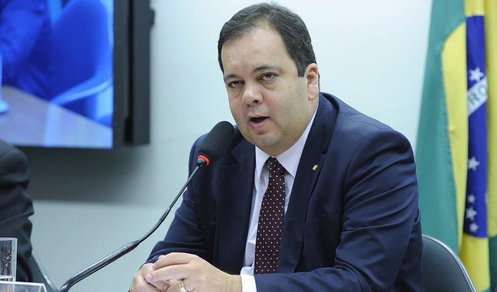"""Deputado Elmar Nascimento (DEM-BA) renunciou nesta quarta-feira, 15, à função de relator de recursos do presidente afastado da Câmara, Eduardo Cunha (PMDB-RJ), que tramitam na Comissão de Constituição e Justiça (CCJ); """"Eu ficaria muito desconfortável em fazer algo contra um companheiro do partido"""", afirmou Nascimento, um dia depois que o Conselho de Ética aprovou por 11 votos a 9 o relatório do deputado Marcos Rogério (PDT-RO) pela cassação do mandato de Cunha; deputado era o responsável por elaborar um parecer sobre recursos que já haviam sido apresentados pela defesa de Cunha, questionando procedimentos adotados durante o processo disciplinar contra ele no Conselho de Ética"""