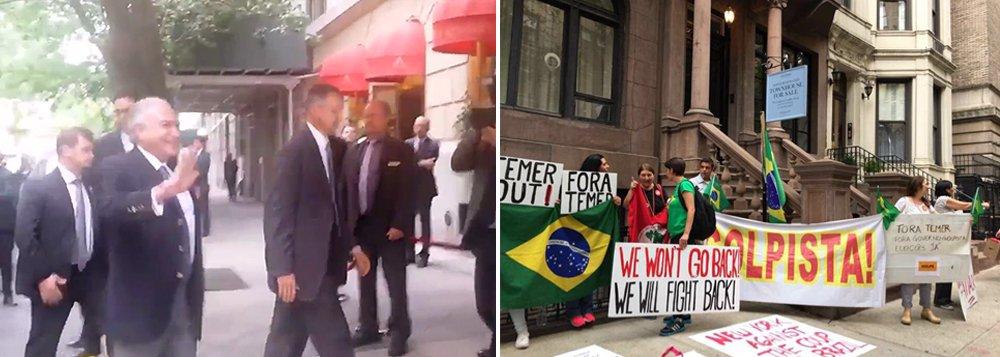 """Um grupo de manifestantes segurava cartazes contra o golpe e chamava Michel Temer de """"golpista"""" durante sua entrada ao Hotel Plaza Athénée neste domingo; ele participará, nos Estados Unidos, da Assembleia Geral da ONU, onde fará o discurso de abertura, como é tradição do Brasil, nesta terça-feira"""