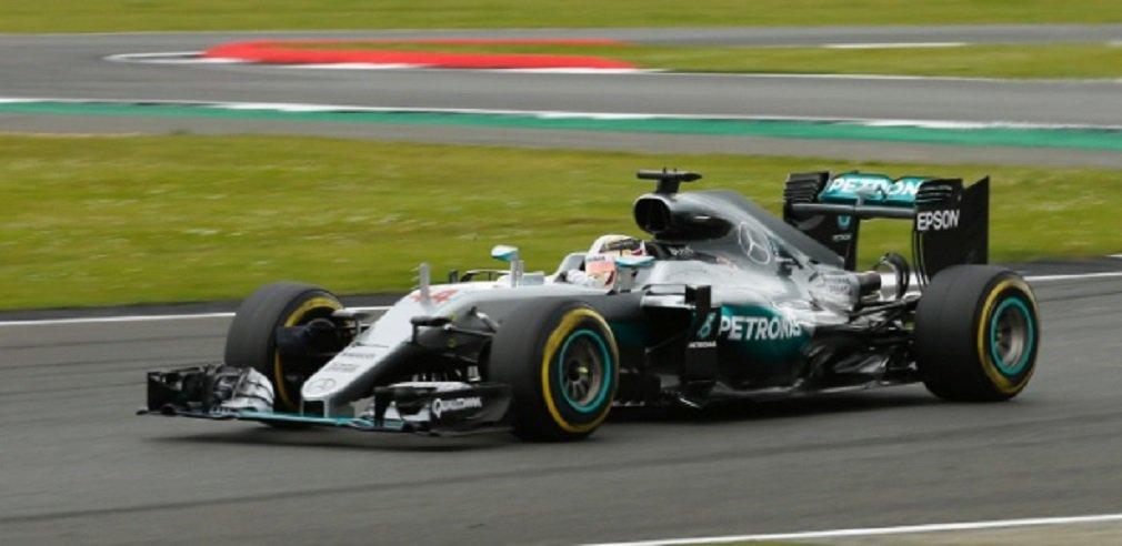 O atual campeão mundial de Fórmula 1, Lewis Hamilton, conquistou a pole position para o Grande Prêmio da Inglaterra, neste sábado, e o seu companheiro de Mercedes e rival Nico Rosberg largará ao lado na primeira fila; o jovem holandês Max Verstappen e o companheiro de equipe dele Daniel Ricciardo, da Red Bull, ficaram com a segunda fila, com Kimi Raikkonen, da Ferrari, em quinto