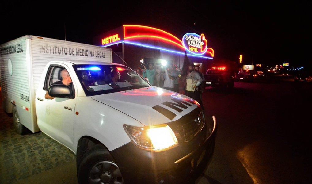 Entidades representativas de peritos papiloscopistas e de policiais civis procuraram a Secretaria de Defesa Social (SDS) de Pernambuco (SDS/PE) e o Ministério Público de Pernambuco (MP-PE) para pedir que a secretaria esclareça por que motivo cancelou a perícia que seria realizada, na quinta-feira (23) de manhã, no quarto de motel onde o empresário Paulo César de Barros Morato, foragido da Operação Turbulência, foi encontrado morto; SDS afirma que todas as perícias solicitadas pelo delegado responsável pelo inquérito foram realizadas pela equipe de peritos que esteve no local do crime na noite do dia 22 de junho, quando o corpo de Morato foi encontrado