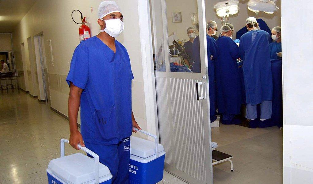 """Desde a sua implantação, em 25 de outubro de 2000, até agora, a Central Estadual de Transplantes do Piauí realizou 2.255 procedimentos, incluindo coração, rim e córnea, além das retiradas de fígados que foram disponibilizados para serem transplantados em outros estados do Brasil; só no primeiro semestre deste ano, foram realizados 87 transplantes, com índice de 2,5 doadores por milhão de população; em alusão ao Dia Nacional do Doador de Órgãos e Tecidos (27/09), a central está engajada na XVI Campanha Nacional de Doação de Órgãos e Tecidos para Transplantes com a temática """"Viver é uma grande conquista. Ajude mais pessoas a serem vencedoras"""""""