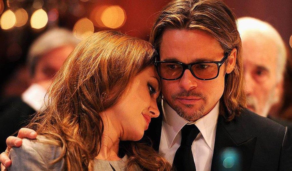 """Atriz Angelina Jolie entrou com um pedido de divórcio do marido Brad Pitt, disse o advogadoRobert Offer, que representa a artista; """"Essa decisão foi tomada pelo bem da família. Ela não irá comentar, e pede que a família tenha privacidade neste momento"""", disse Offer por meio de um comunicado"""