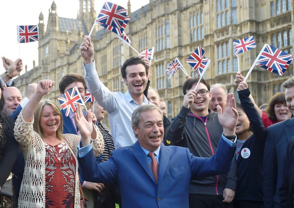 """Colunista Marcelo Zero classifica como """"trágica"""" e """"equivocada"""" a decisão dos britânicos de deixar a União Europeia; """"Com efeito, nas crises os ânimos se acirram, as paixões se tornam extremadas e a racionalidade míngua. O aumento do medo e das incertezas leva ao aparecimento de aventureiros políticos, de 'heróis' de ocasião, do fascismo e da xenofobia hidrófoba. Logo surgem as 'propostas' simples e radicais que vão resolver tudo e as 'soluções' moralistas e antipolíticas que prometem tirar os países da crise limpando a corrupção e colocando muita gente na cadeia"""", analisa; para ele, a decisão do Reino Unido, embora deva ser respeitada, """"não tem o mais mínimo amparo nos fatos"""" e deverá trazer prejuízos não só comerciais e econômicos para o povo britânico, mas também geopolítico"""
