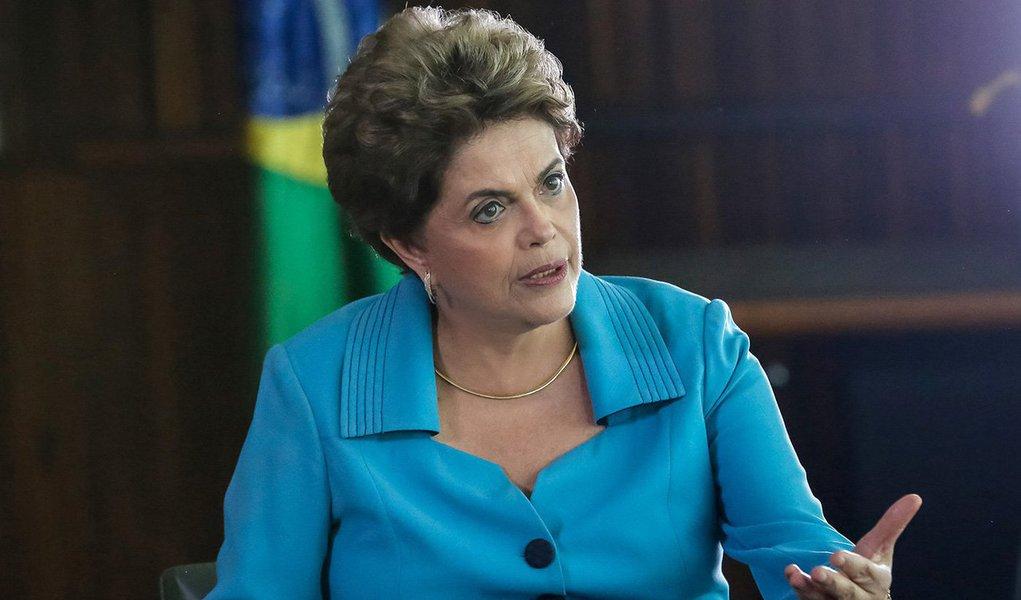 Presidente eleita Dilma Rousseff deve apresentar sua carta aberta aos senadores no próximo dia 9 de agosto, às vésperas da pronúncia, espécie de prévia da votação do impeachment; segundo a colunista Natuza Nery, aliados de Dilma andam fazendo suspense sobre a estratégia para o julgamento final da petista, quando o Senado se transformará em uma espécie de júri; meta é aumentar os os 22 votos conquistados na abertura do processo; para barrar o impeachment, Dilma precisa de 28 votos contrários