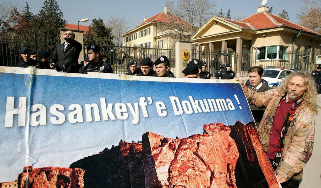 Autoridades da Turquia prenderam quatro pessoas em uma investigação sobre uma ameaça em potencial às missões diplomáticas do Reino Unido e da Alemanha, mas não encontrou laços com qualquer grupo terrorista;três dos suspeitos foram detidos em Ancara e um em Istambul