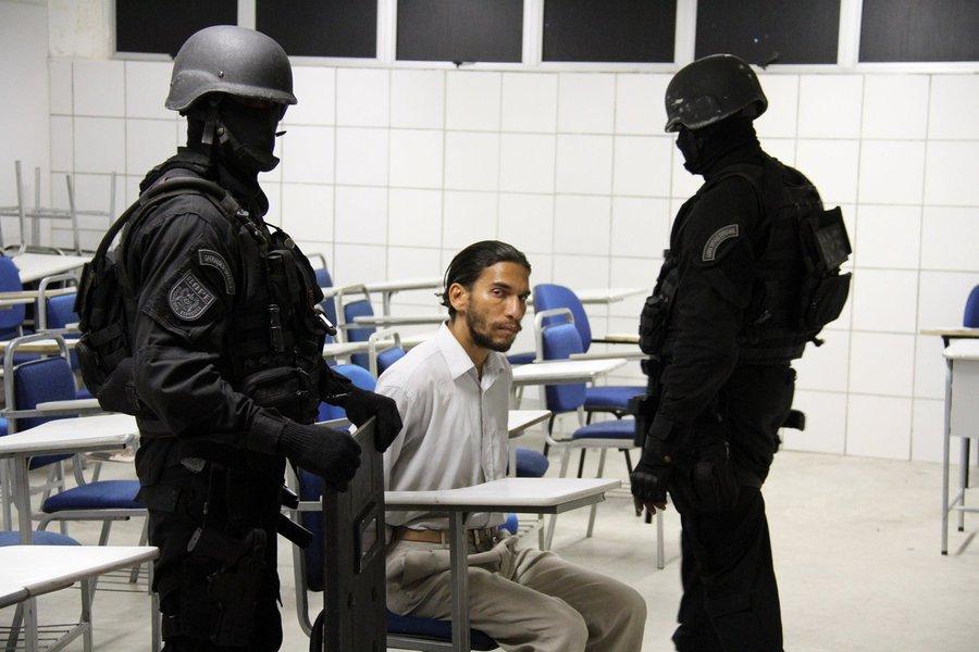 Uma nova data para o exame da Ordem dos Advogados do Brasil (OAB) em Salvador será divulgada na quarta-feira (27); durante a realização da prova no domingo (24), um homem, que alegava ter bombas e uma arma, ameaçou acionar os supostos explosivos, no prédio da Unijorge, na Avenida Paralela; após quatro horas de negociação, ele se entregou à polícia, que não encontrou nenhum explosivo; com o ocorrido, a OAB suspendeu a realização do exame na capital baiana