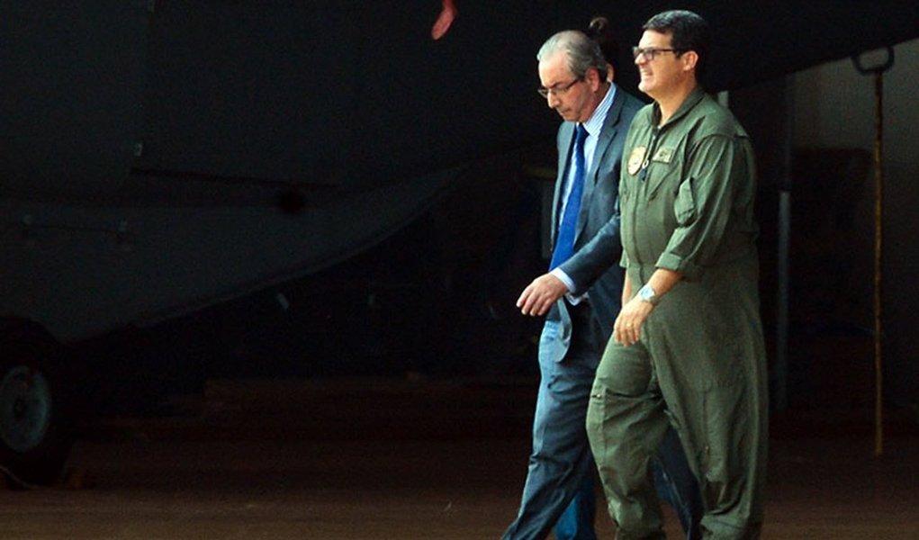 Moro recomendou à Policia Federal tratamento diferenciado. Ao ser detido, Cunha foi tratado como um pachá, sem algemas, com policiais em roupas cotidianas, sem óculos escuros, sem aqueles trajes de guerra, camuflados, usados na detenção de Lula, sem fuzis, sem carros pretos, sem o japonês com sua tornozeleira de condenado