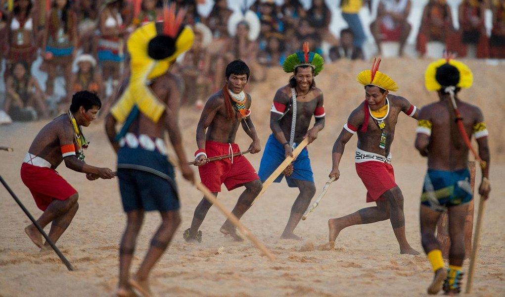 """Dados do Conselho Indigenista Missionário (Cimi) mostram que, em 2015, 137 indígenas foram assassinados no país. De acordo com oRelatório Violência contra os Povos Indígenas no Brasil, o total de assassinatos de índios pode ser ainda maior já que a Secretaria Especial de Saúde Indígena (Sesai) reconhece que os números repassados ao Cimi estão """"defasados""""; o relatório mostra que, na comparação com os dados de 2014, houve redução de um caso (138); mostra ainda que desde 2003, 891 indígenas foram assassinados, resultando em uma média de 68 mortes violentas por ano"""