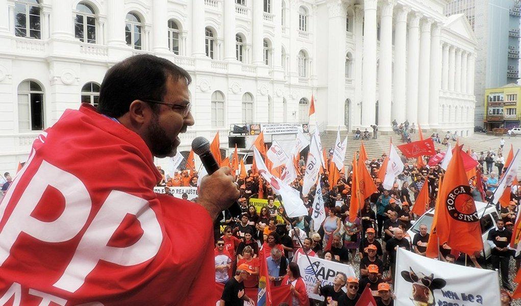 """O presidente da APP-Sindicato,Hermes Leão, fez um primeiro balaço sobre a greve iniciada na educação básica do Paraná; cerca de 50% das escolas estão paralisadas na manhã de hoje, mas, conforme a entidade, a tendência é que o movimento se amplie no decorrer da semana; de acordo com o dirigente, """"não é uma greve de aumento salarial, de ganho. É contra a retirada de direitos"""""""