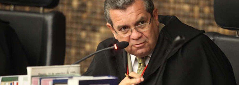 """Após ser afastado da presidência do TJ-AL por decisão do Conselho Nacional de Justiça (CNJ), o desembargador Washington Luiz declarou, por meio de uma nota, que as acusações analisadas pelo colegiado são """"fantasiosas"""" e que, ao final do processo de investigação aberto há duas semanas, a verdade """"triunfará""""; a quebra do silêncio do desembargador acontece um dia após o vice-presidente do TJ, desembargador João Luiz Azevedo Lessa, assumir a presidência do Poder Judiciário Alagoano. Para Washington Luiz, acusações induzem a erro e confundem a opinião pública e, por isso, os esclarecimentos são necessários. Sobre a acusação de atuação política no tribunal, ele rebateu"""